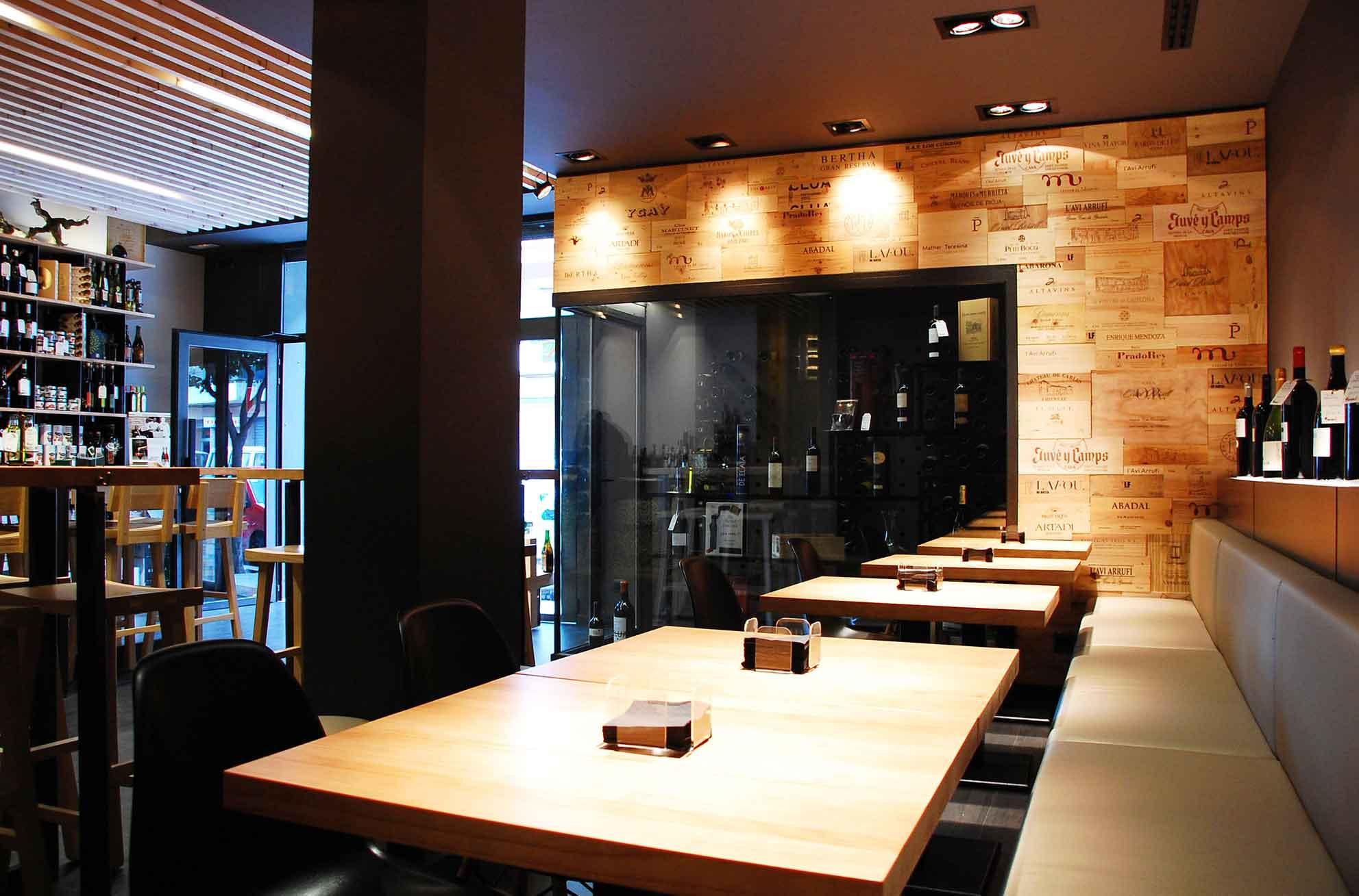 Dise o de espacios nicos en tiendas de vinos barrica - Vinotecas de madera ...